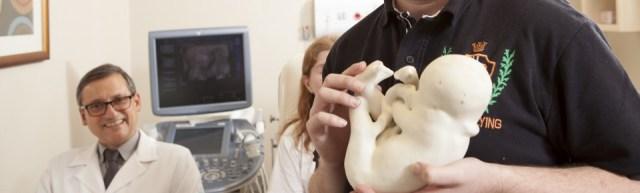 Sao Paulo - 10jul15 - Alvaro eAna Paula possuem ambos deficiencia visual. Sao os pais de Davi Lucas. Durante a gestacao e para que os pais pudessem saber como era o bebe, o Dr. Heron Werner Junior fez a ultrassonografia em 3D e imprimiu modelos tridimensionais de modo que os pais pudessem tocá-lo.